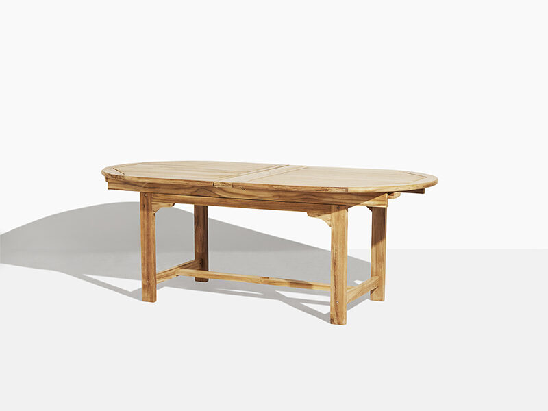 Stort trädgårdsbord i teak. Hos scanteak finns endast möbler tillverkade i kärnteak utan tillsatta kemikalier, vi planterar ett nytt teakträd / såld produkt.