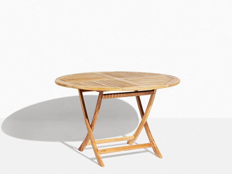 August 120 Trädgårdsbord Teak Fällbart Runt. Hos scanteak finns endast möbler tillverkade i kärnteak utan tillsatta kemikalier, vi planterar ett nytt teakträd / såld produkt.