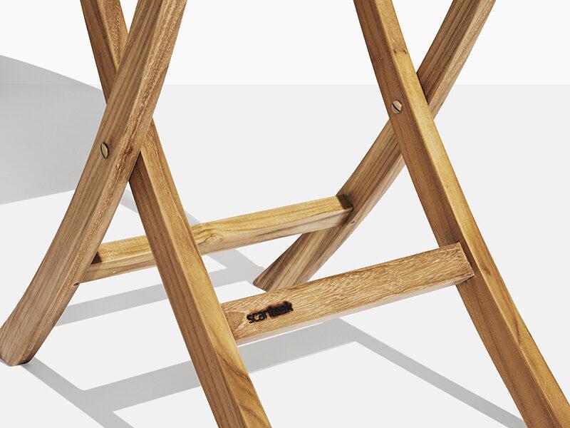 Cafébord teak. Hos scanteak finns endast möbler tillverkade i kärnteak utan tillsatta kemikalier, vi planterar ett nytt teakträd / såld produkt.