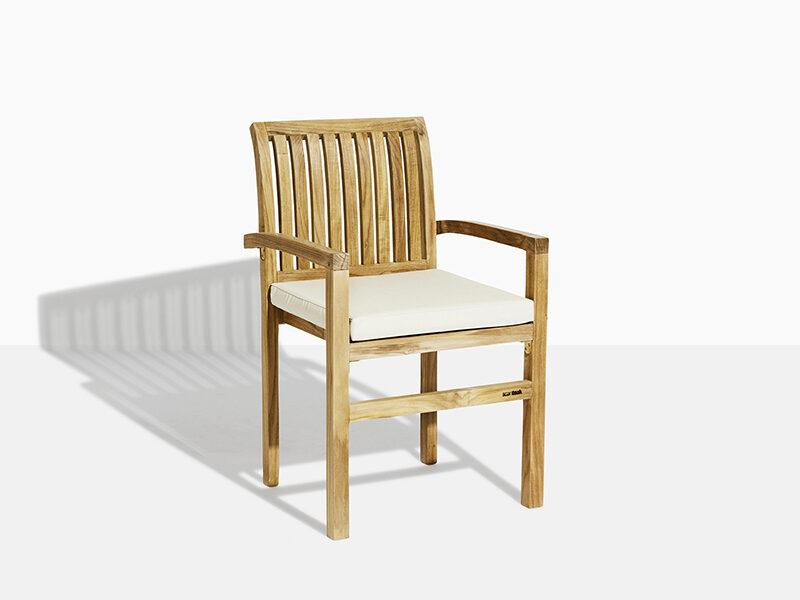 Frederikke stapelstol vit dyna. Hos scanteak finns endast möbler tillverkade i kärnteak utan tillsatta kemikalier, vi planterar ett nytt teakträd / såld produkt.