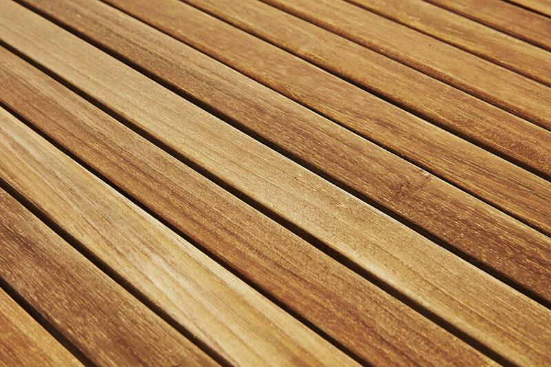 August trädgårdsbord i teak. Hos scanteak finns endast möbler tillverkade i kärnteak utan tillsatta kemikalier, vi planterar ett nytt teakträd / såld produkt.