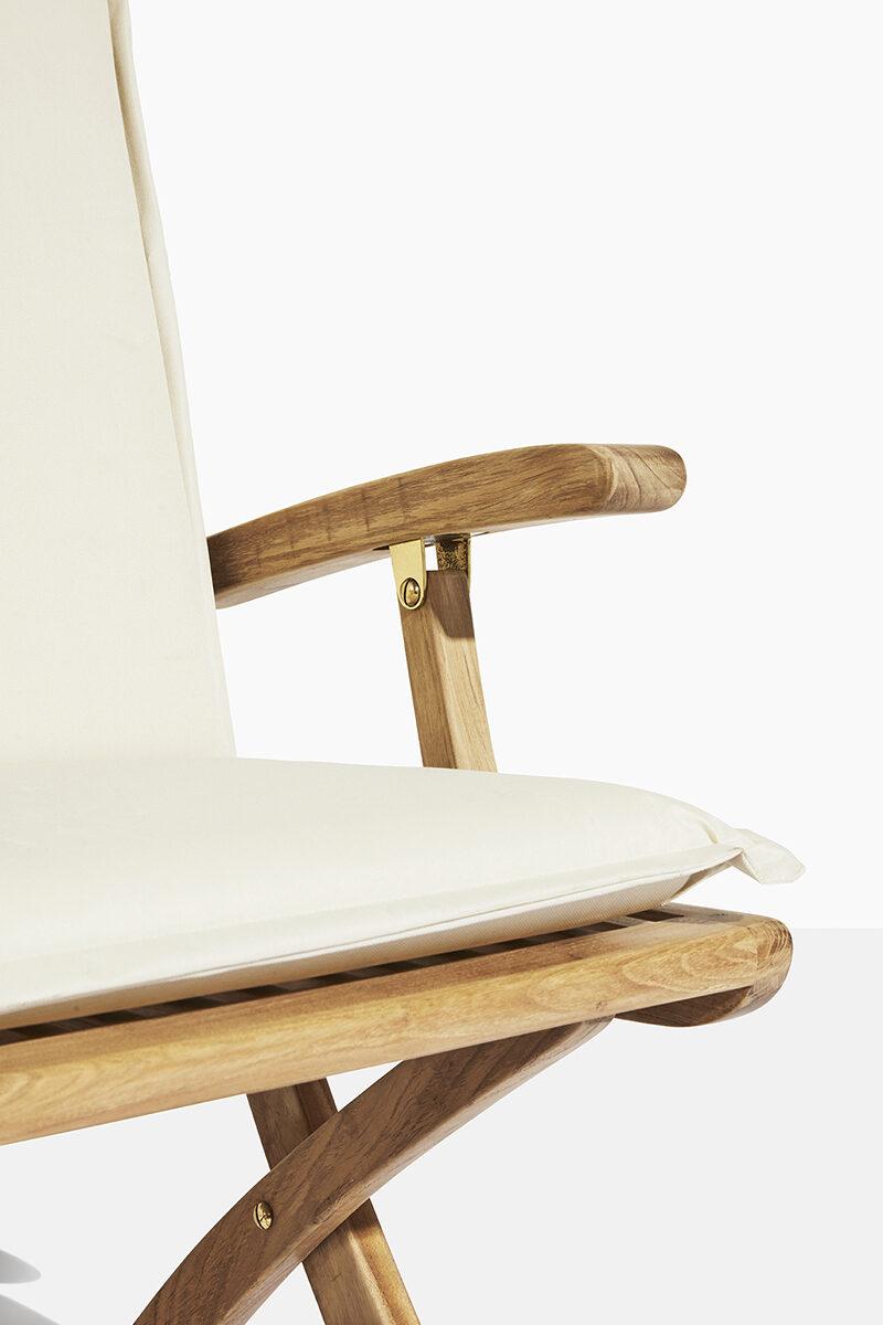 Safir trädgårdsstol vit dyna. Hos scanteak finns endast möbler tillverkade i kärnteak utan tillsatta kemikalier, vi planterar ett nytt teakträd / såld produkt.
