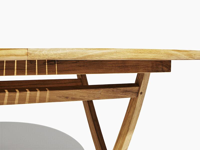 Runt fällbord i teak. Hos scanteak finns endast möbler tillverkade i kärnteak utan tillsatta kemikalier, vi planterar ett nytt teakträd / såld produkt.