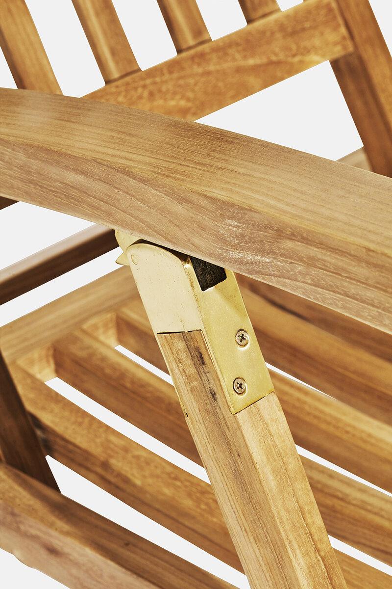 Carla däckstol mässingdetalj. Hos scanteak finns endast möbler tillverkade i kärnteak utan tillsatta kemikalier, vi planterar ett nytt teakträd / såld produkt.