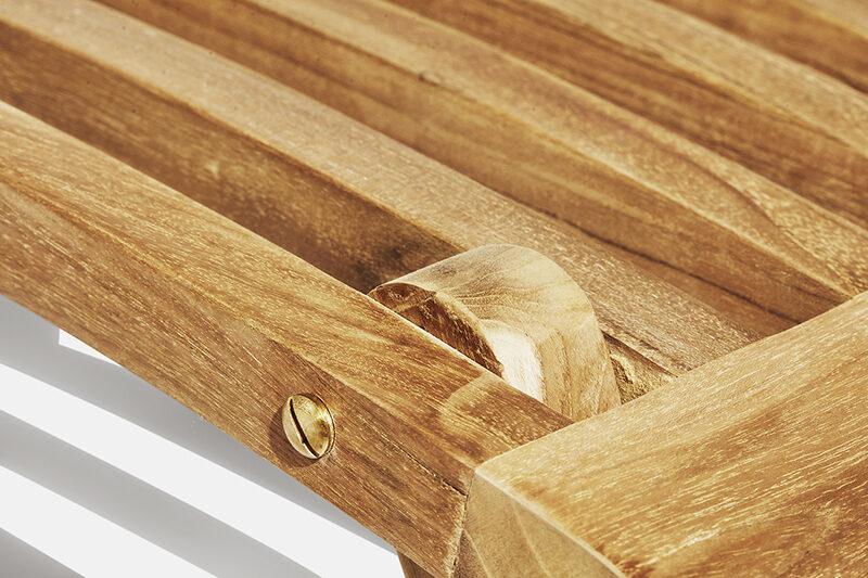 Carla däckstol detalj. Hos scanteak finns endast möbler tillverkade i kärnteak utan tillsatta kemikalier, vi planterar ett nytt teakträd / såld produkt.