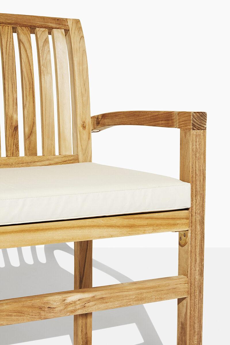 Oskar teak trädgårdsbänk. Hos scanteak finns endast möbler tillverkade i kärnteak utan tillsatta kemikalier, vi planterar ett nytt teakträd / såld produkt.