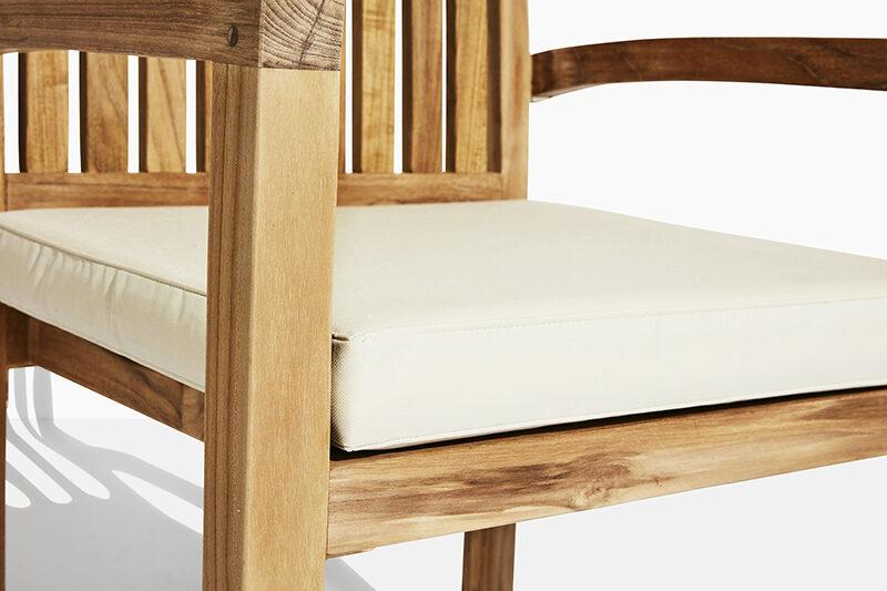 Frederikke trädgårdsstol vit dyna. Hos scanteak finns endast möbler tillverkade i kärnteak utan tillsatta kemikalier, vi planterar ett nytt teakträd / såld produkt.