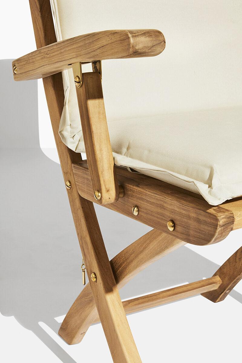 Safir teakstol dyna. Hos scanteak finns endast möbler tillverkade i kärnteak utan tillsatta kemikalier, vi planterar ett nytt teakträd / såld produkt.